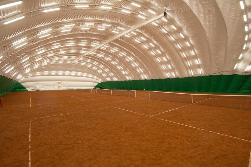 Грунтовый теннисный корт в зале