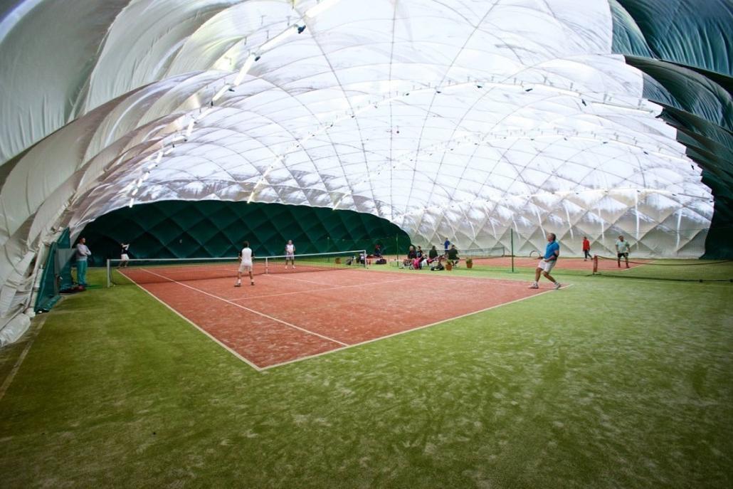 Корт зимой большой теннис